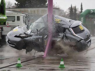 In aktuellen DEKRA Crashtests haben Elektrofahrzeuge (hier der Nissan Leaf beim seitlichen Pfahlanprall mit 75 km/h) ihr hohes Sicherheitsniveau bestätigt.